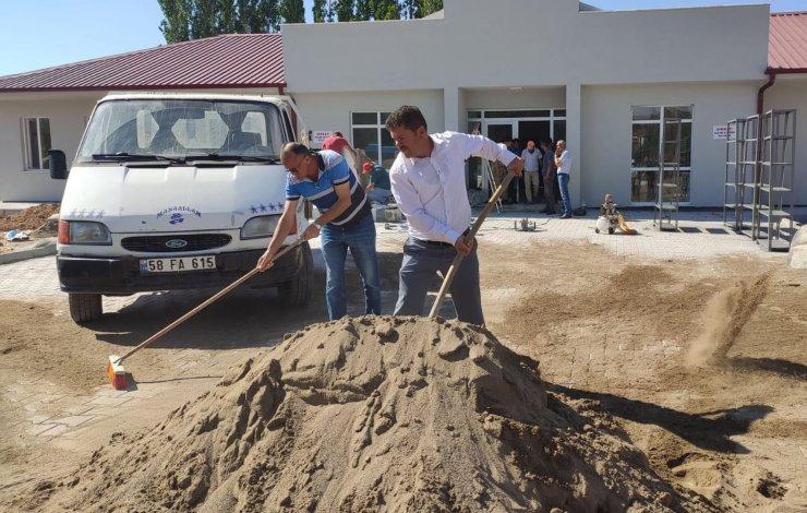 Belediye başkanı ve meclis üyeleri jandarma binası inşaatında çalışıyor