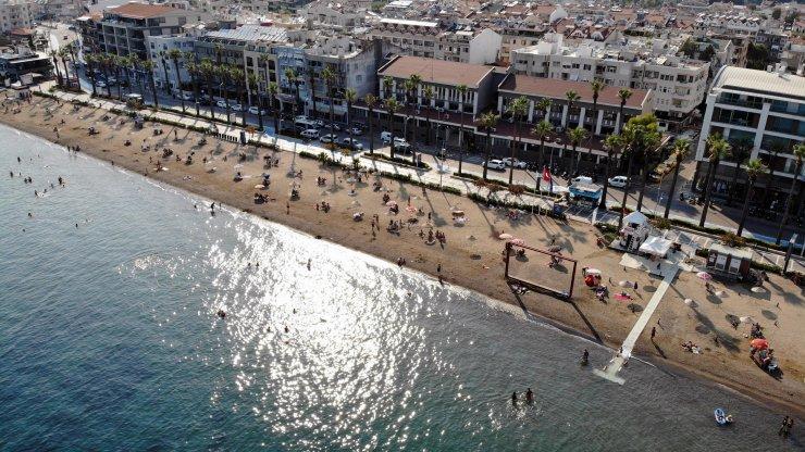 Marmaris'te halk plajında sosyal mesafeli deniz keyfi drone ile görüntülendi