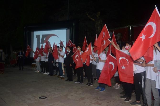 Bilecikliler o günkü gibi ellerindeki Türk bayraklarıyla Cumhuriyet Meydanını doldurdu