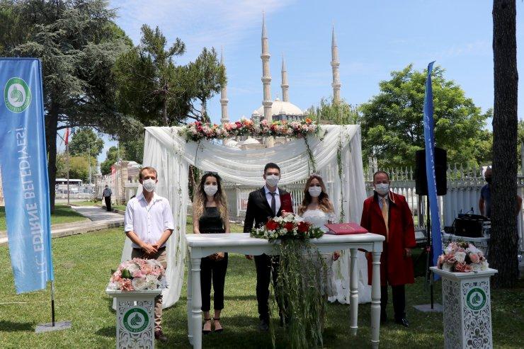 Edirne'de belediye bahçesinde 'koronavirüs' önlemli ilk nikah kıyıldı