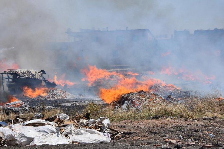 Otluk alandaki yangın, evlere sıçramadan söndürüldü