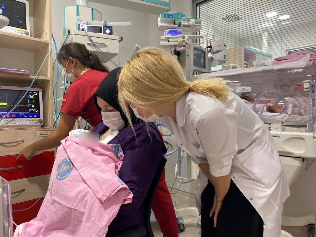 Dünyanın ilk başarılı rahim nakilli annesi bebeğine kavuştu!