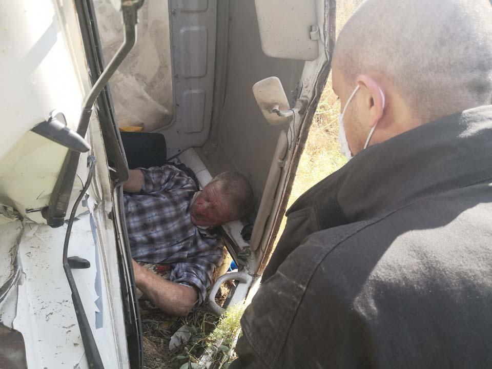 Aksaray'da feci kaza! Şarampole devrilen kamyonet sürücüsü kabinde sıkıştı