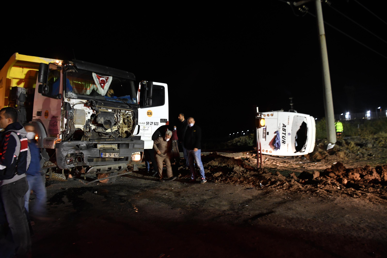 Tekirdağ'da can pazarı! Hafriyat kamyonu ile servis minibüsü çarpıştı: 1 ölü, 14 yaralı