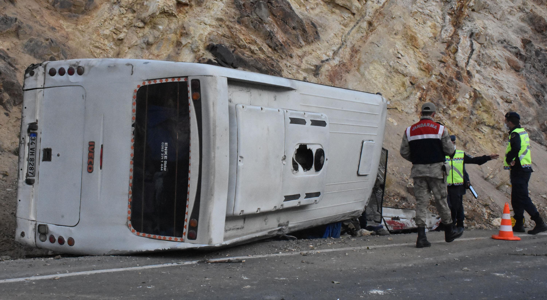 Sivas Suşehri'nde servis midibüsü devrildi: 5'i ağır 26 yaralı