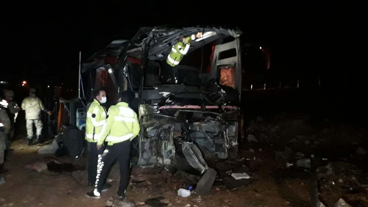 Şanlıurfa'da can pazarı! Turistleri taşıyan yolcu otobüsü şarampole devrildi: 32 yaralı
