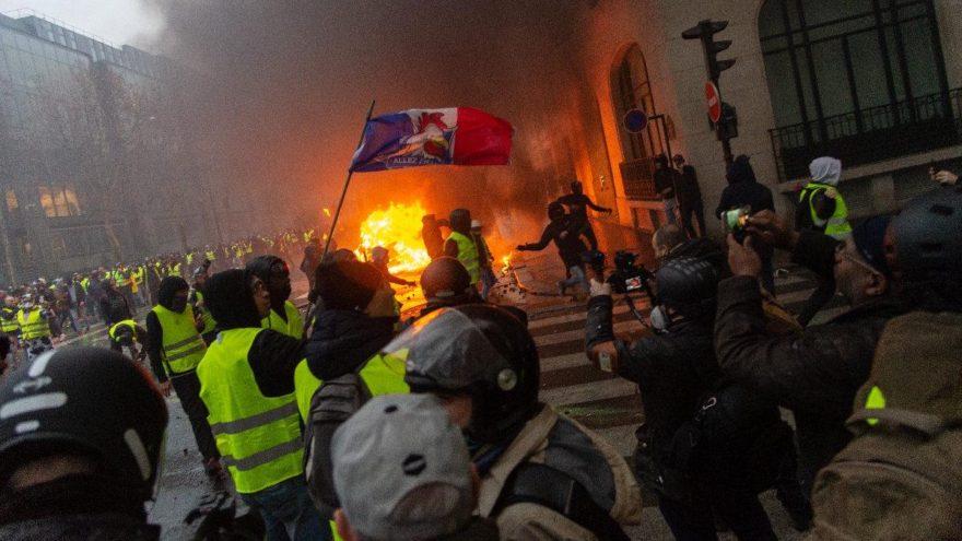 Fransa'da ortalık savaş alanına döndü! Göstericiler otomobilleri yaktı