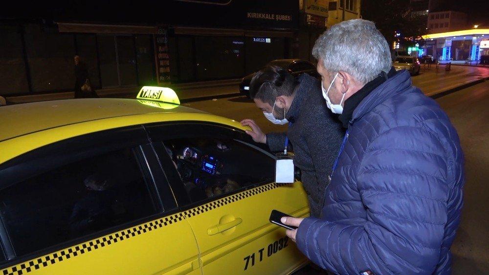 Kırıkkale'de birticari taksi şoförü, sokağa çıkmanın ve yolcu taşımanın yasak olduğu saatlerde devriye gezen denetim ekiplerini görünce, hastaneye gitmek isteyen kadını sokağa bırakarak kaçtı.