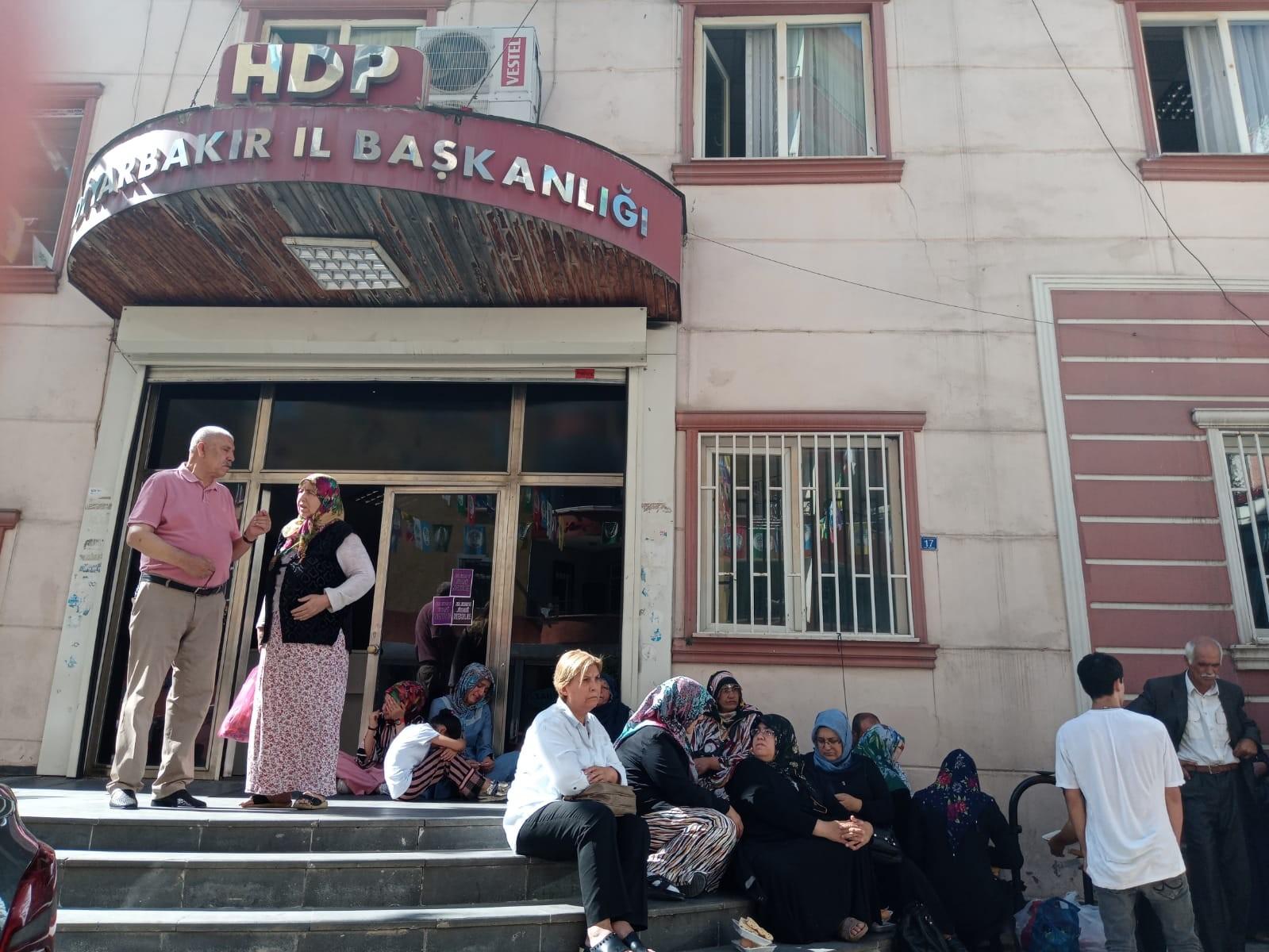 Evlat nöbeti tutan Diyarbakır anneleri HDP İl Başkanı'na isyan etti!