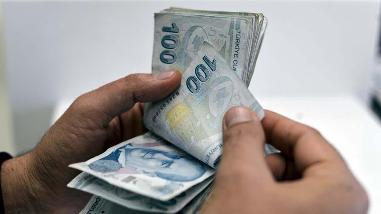 """""""1 Ocak 2021 tarihinden itibaren geçerli olacak asgari ücret, brüt 3 bin 577 lira 50 kuruş, net 2 bin 825 lira 90 kuruş olarak belirlenmiştir. Böylece, geçen yıla göre net asgari ücret 500 lira artmış, yüzde 21,56 oranında yükselmiş oldu. Kasım 2020'de enflasyon yüzde 14,03 gerçekleşmişti. Bu oranın yaklaşık 7 puan üstünde bir artış sağlayarak, işçimizi enflasyona ezdirmeyeceğimize dair sözümüzü bir kere daha tutmuş olduk. Aylık 2 bin 825 lira 90 kuruş olarak açıkladığımız net asgari ücret, bekar ve çocuksuz bir çalışan için geçerli. 3 çocuklu ve evli bir işçi için net asgari ücret ise 3 bin 13 lira 72 kuruş olacak."""""""