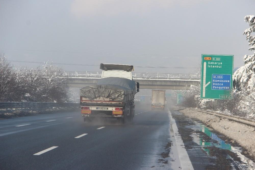 Düzce TEM Otoyolu etkili kar yağışı nedeniyle 13 saat sonra trafiğe açıldı