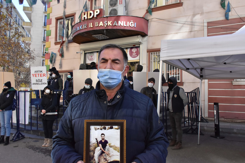 Saygısızlıkta sınır tanımadı! HDP'li Erol Katırcıoğlu'nun zafer işareti, Diyarbakır annelerini kızdırdı