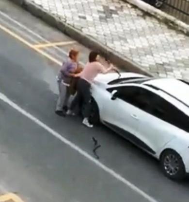 Aydın'da genç kadın güpegündüz elinde bıçakla terör estirdi!