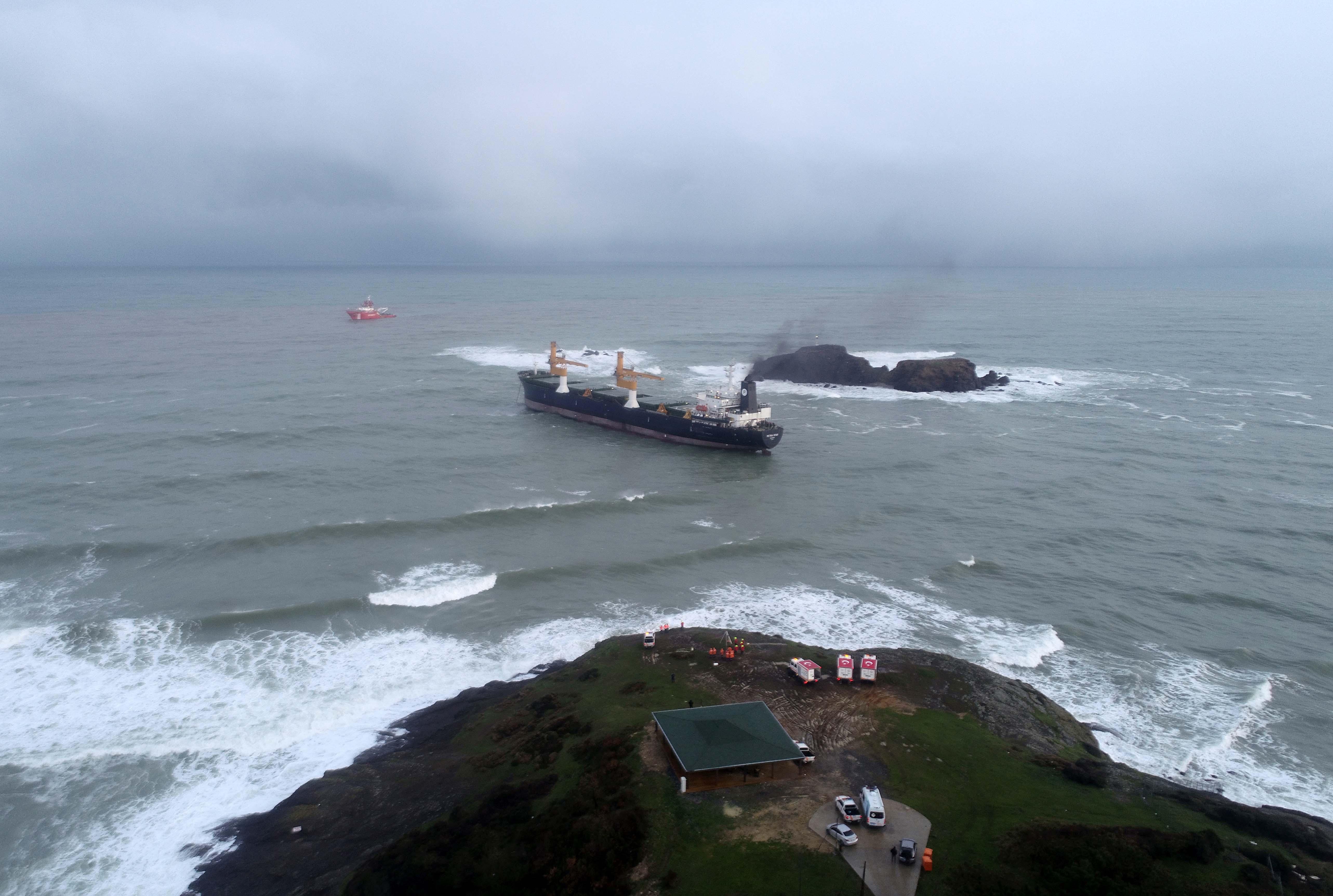 Arıza veren kargo gemisi kıyıya demir attı! Ekipler çalışma başlattı
