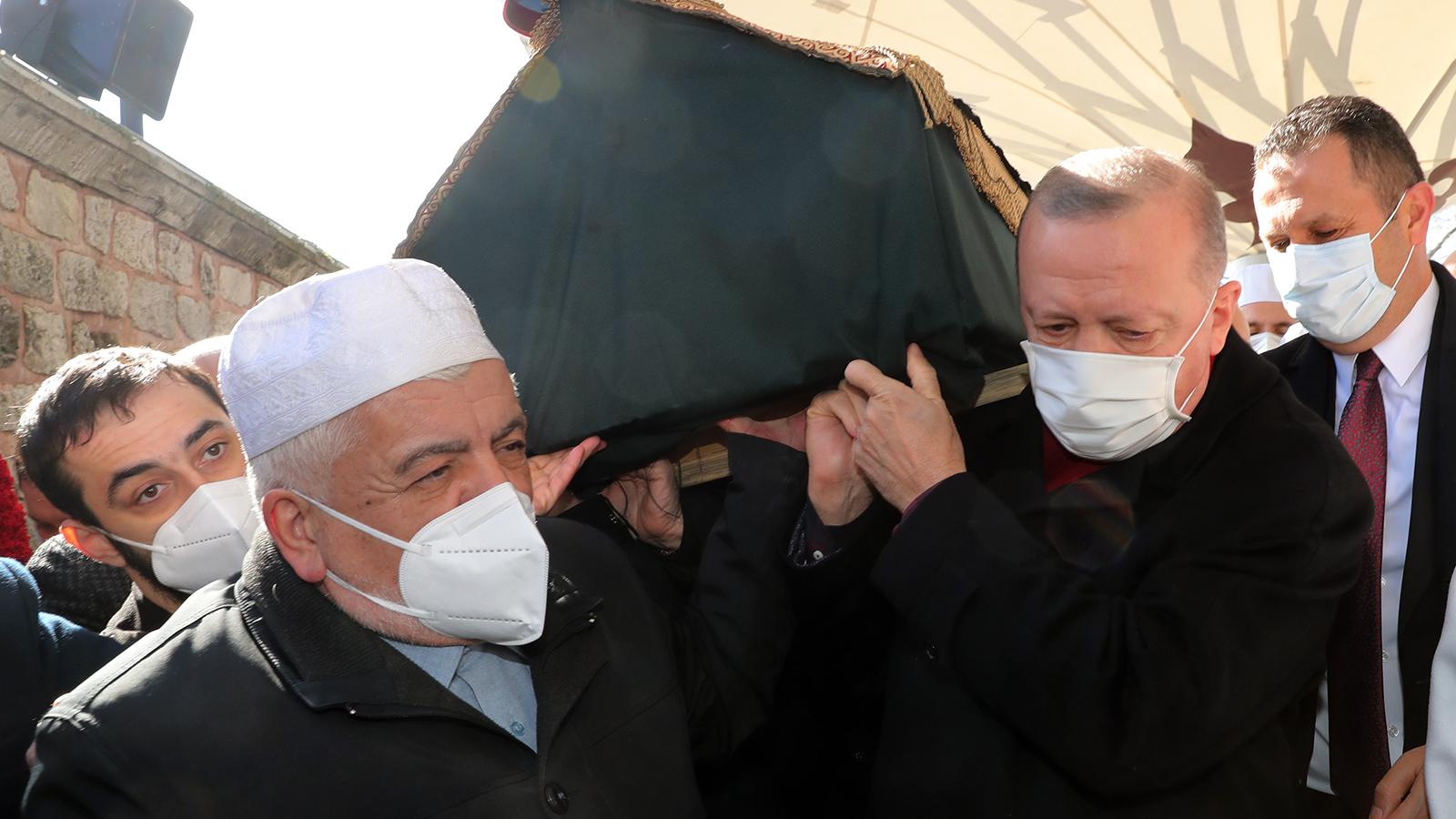Bakan Koca, Muhammed Emin Saraç'ın cenazesindeki kalabalık görüntüler ile ilgili özür diledi