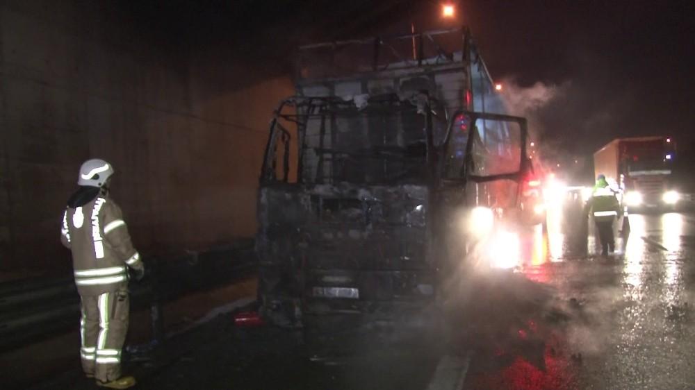 Seyir halindeki kimyasal yüklü kamyon alev alev yandı