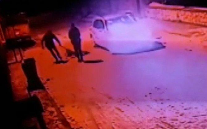 Konya'da kan donduran görüntü! Sokak köpeğini silahla vurduktan sonra tekmeleyip çöpe attılar