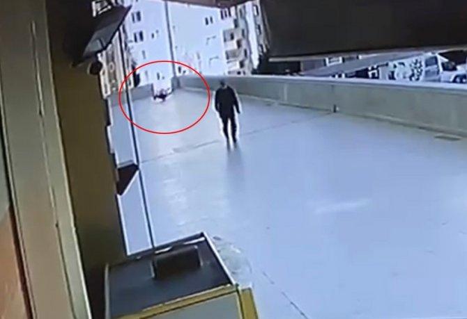 16 yaşındaki genç 12. kattan düşerek hayatını kaybetti! Olay kameralara yansıdı...