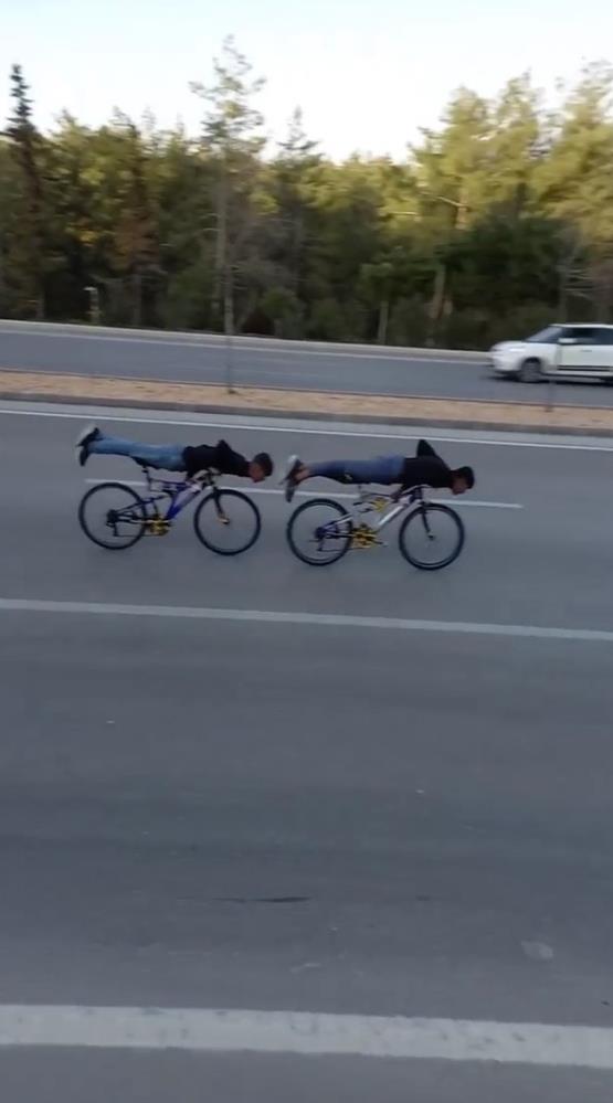 Bisikletli gençler otoyolda ölüme davetiye çıkardı