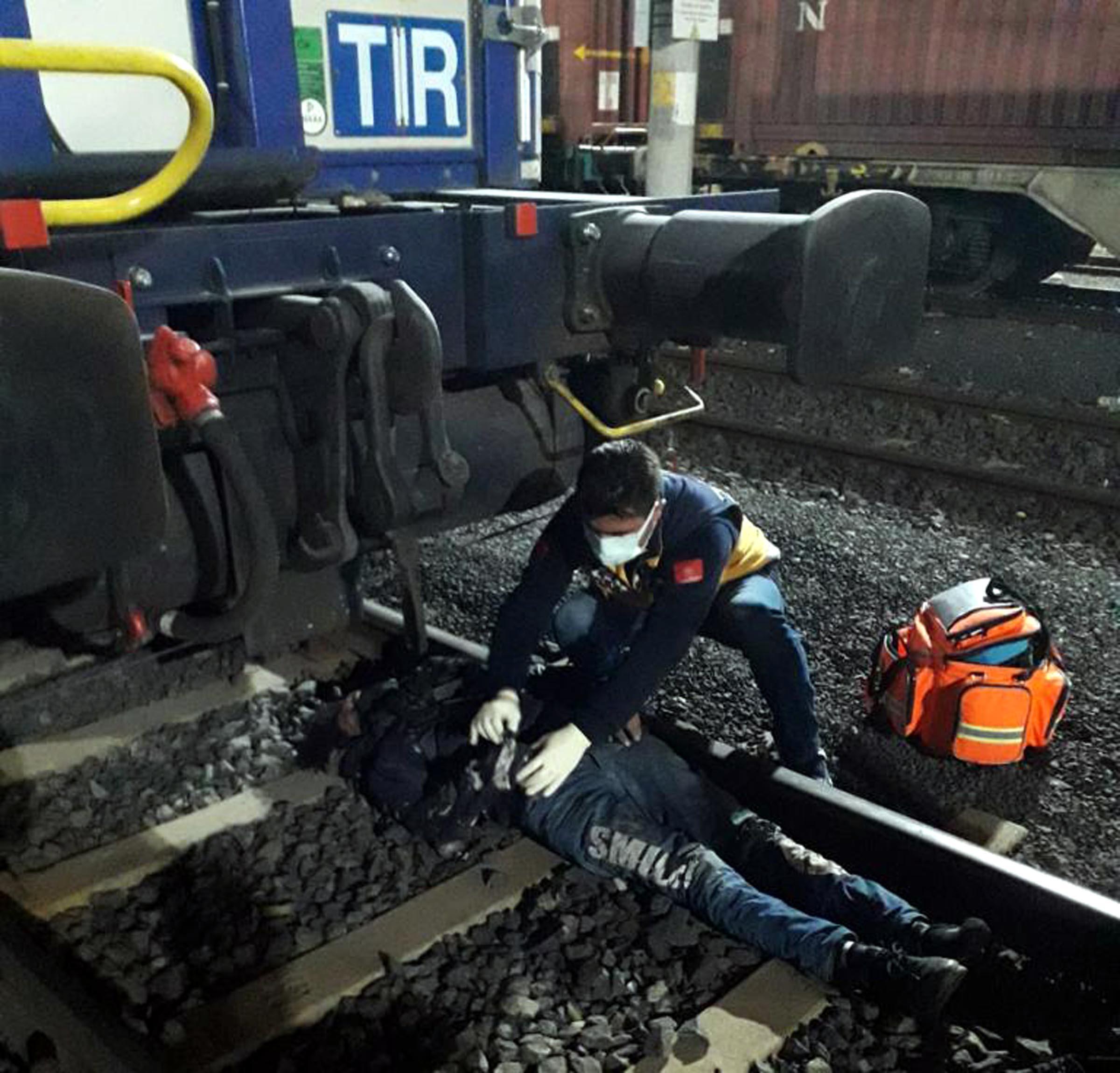 Trene kaçak binmeye çalışırken elektrik akımına kapıldılar, ağır yaralandılar