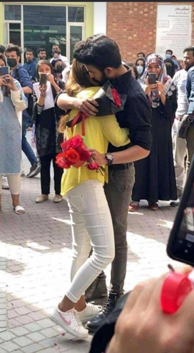 Pakistanda bir kız öğrenci üniversitede erkek arkadaşına evlenme teklifi edince ikili okuldan uzaklaştırıldı
