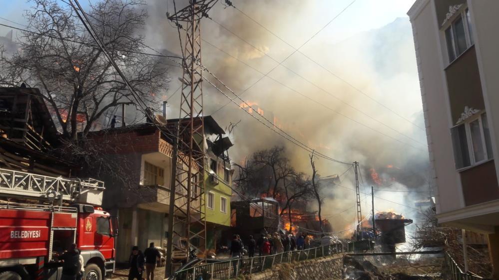 Son dakika| Artvin Yusufeli'nde 200 haneli köyde yangın! 17 ev kül oldu