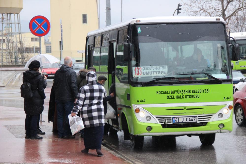 Yolcuyu durakta beklemesi için uyaran otobüs şoförü darp edildi hastanelik oldu