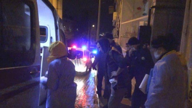 İzmir'de hırsızlar yakalanınca ev sahibini bıçakladı
