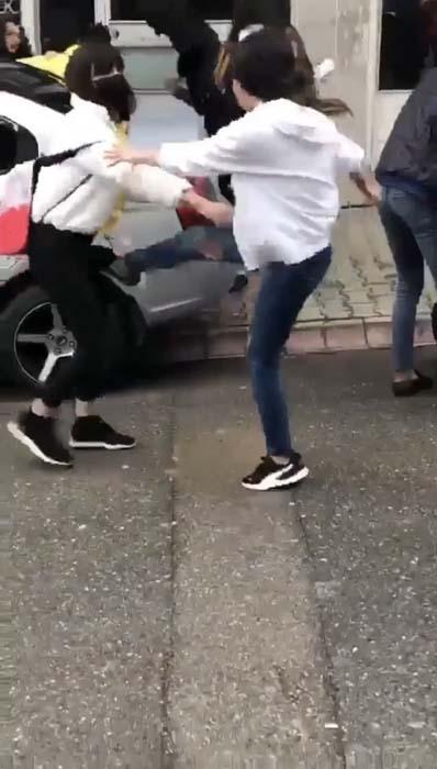 Genç kızın arkadaşları tarafından tekme tokat dövüldüğü anlar kamerada!