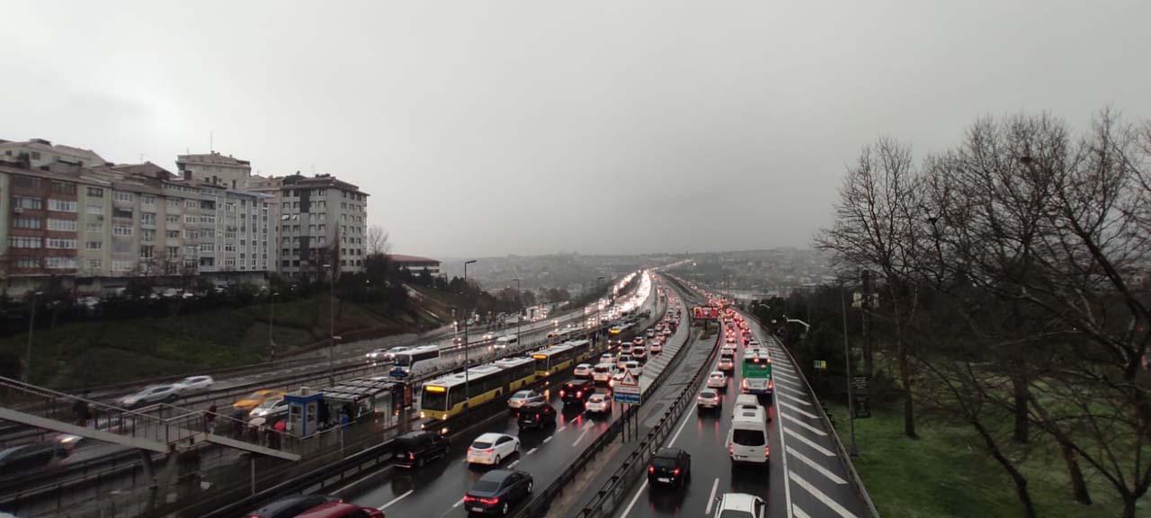 Kar yağışı ve kazalar İstanbul trafiğini kilitledi: Yoğunluk yüzde 60'a ulaştı