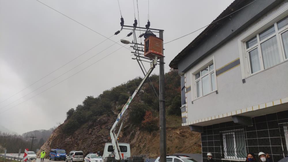 Tır eve girdi, mahalle elektriksiz kaldı