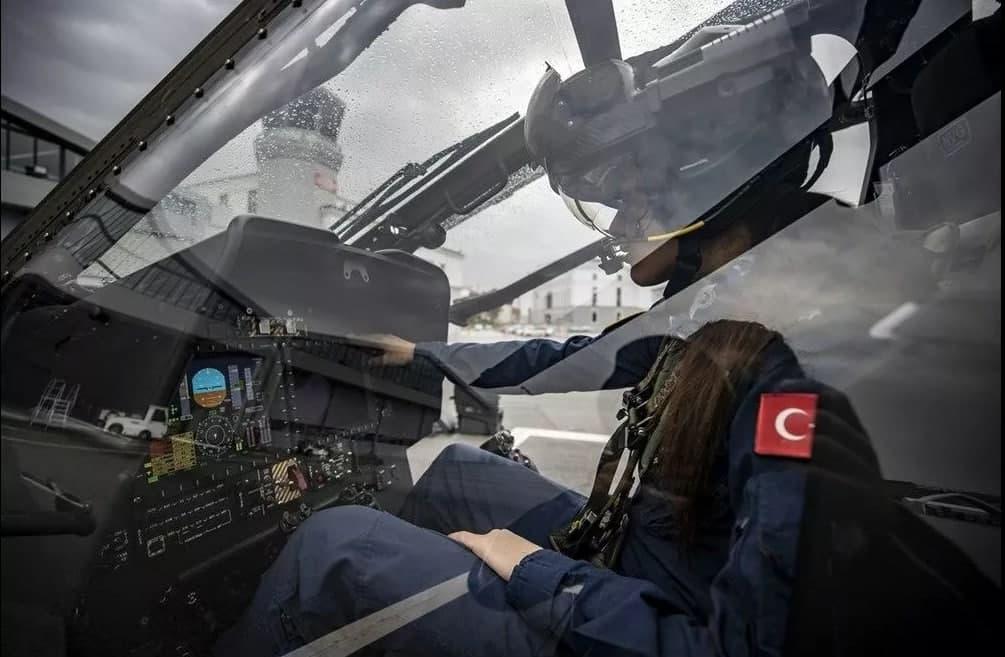 İlk kadın taarruz pilotu! Milli gururumuz Özge Karabulut Atak helikopterinin kokpitinde!