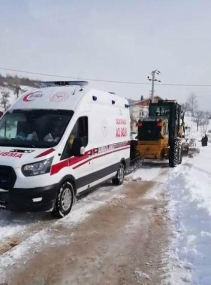 Bu kez ambulans yardım bekledi! Kara saplanan ambulansın imdadına iş makinesi yetişti