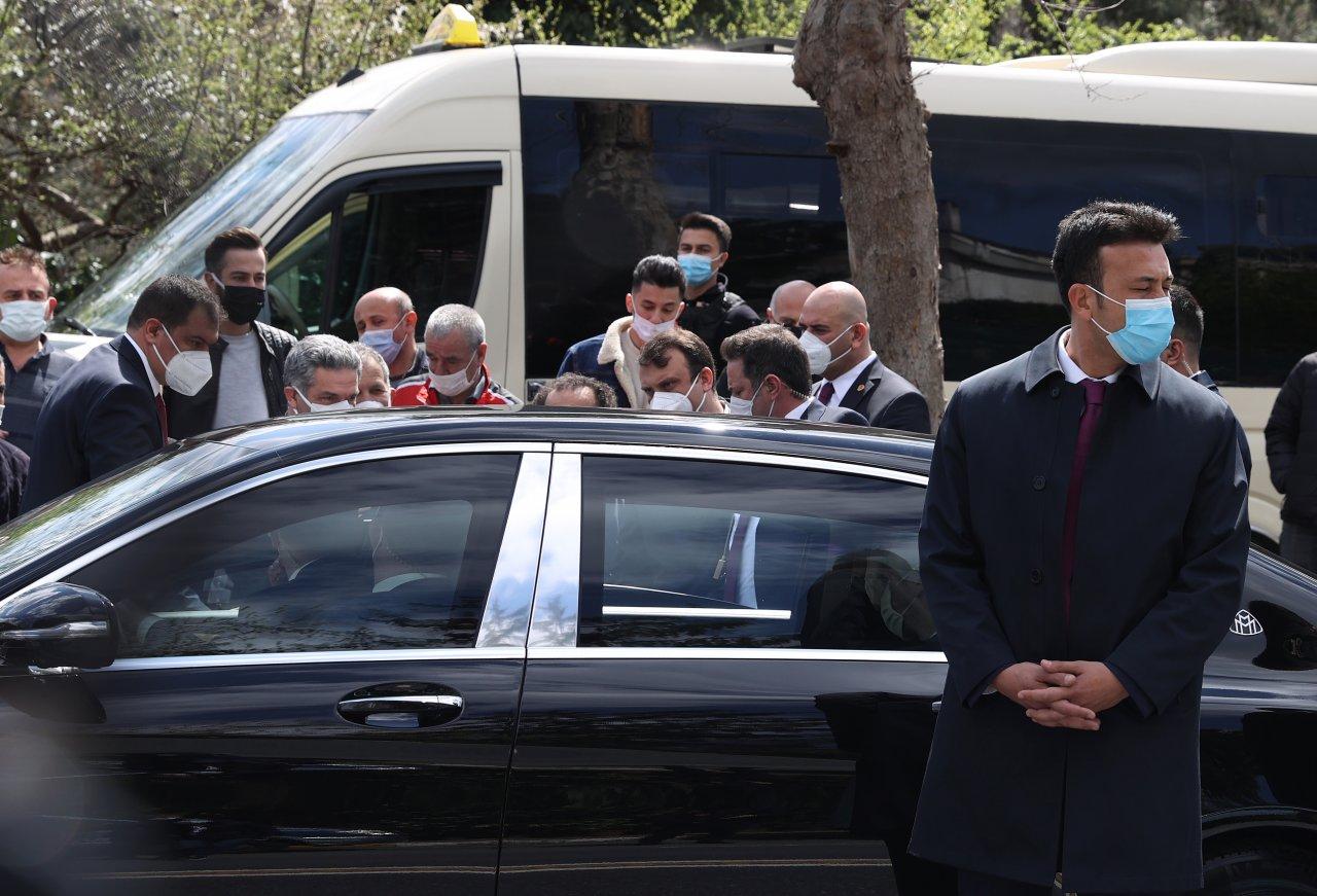 Cumhurbaşkanı Erdoğan, minibüsçülerin sevgi gösterisine kayıtsız kalmadı