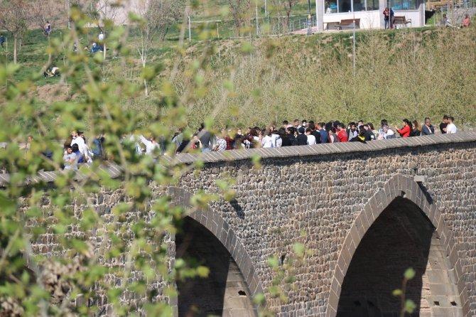 Diyarbakır'da korkutan manzara! Pandemiyi unutan vatandaşlar Tarihi On Gözlü Köprü üzerinde halay çekti