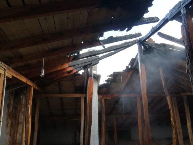 Afyonkarahisar'da bir evin çatısı alev aldı!