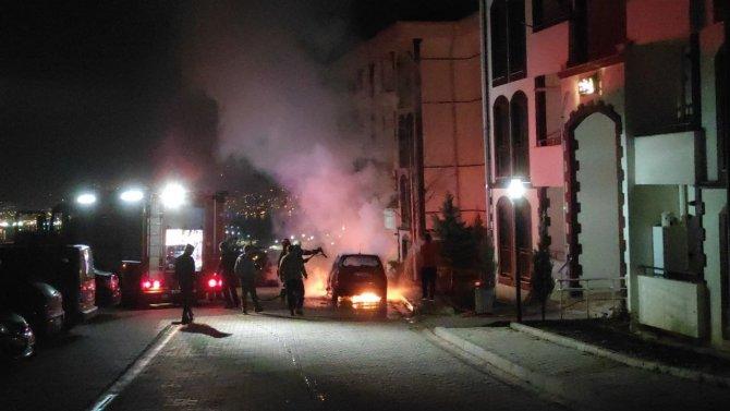 Derince'de park halindeki bir araç alev alev yandı