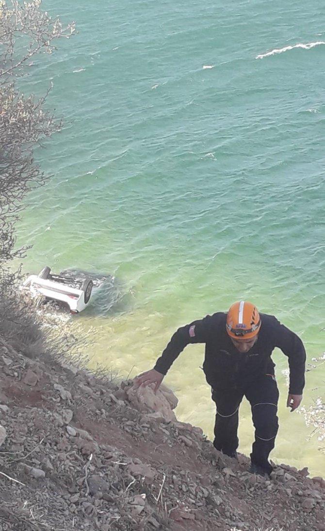 Van Gölü'ne uçan otomobilde 4 kişi yaralandı
