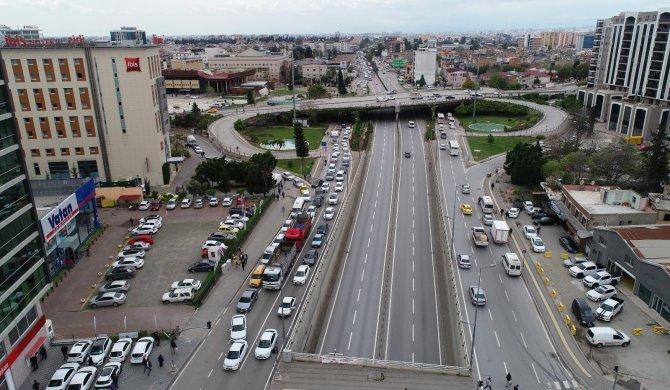 Adana'da köprü çalışması nedeniyle 9 kilometrelik araç trafiği oluştu