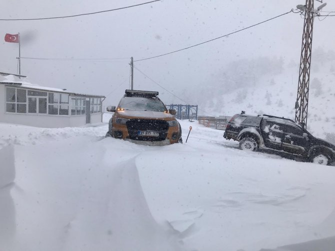Karabük'te 38 köy yolu ulaşıma kapandı: Kar kalınlığı 60 santimetreyi buldu