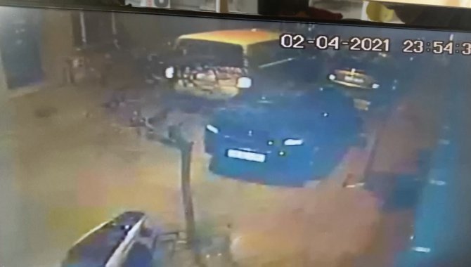 Motorlu kuryeye çarptı, arkasına bile bakmadan kaçtı! Kuryenin ölümden döndüğü kaza kameraya yansıdı