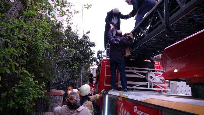 Ümraniye'de yangın paniği! Mahsur kalan 3 kadının imdadına itfaiye ekipleri koştu
