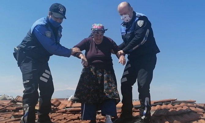 Alzaymır hastası yaşlı kadın çatıya çıktı