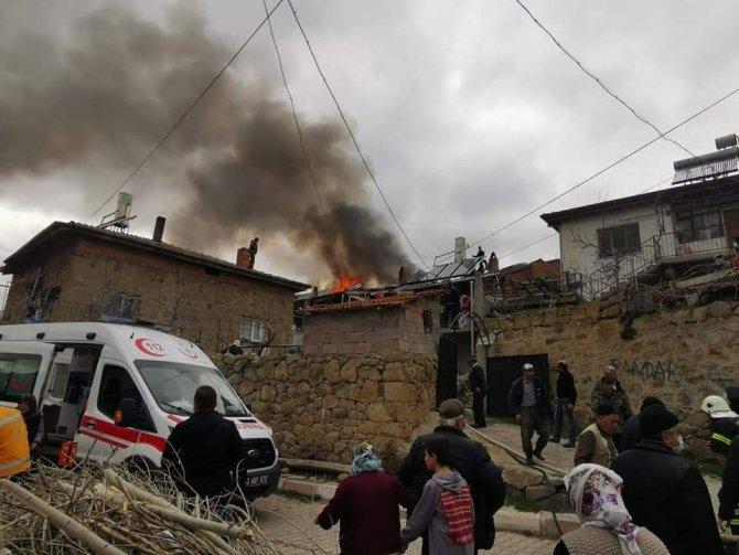 Bir evin çatısından çıkan yangın köylüleri korkuttu