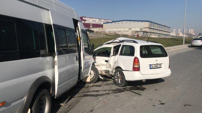 Esenyurt'ta işçi servisi ile hafif ticari aracın çarpıştığı kazada 8 kişi yaralandı