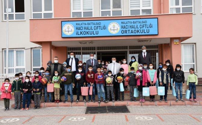 Malatya'da öğrencilere destek: Kırtasiye ve spor malzemesi yardımı yapıldı