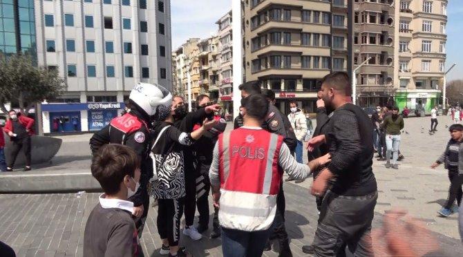 Taksim'de turist ile seyyar satıcı tarafından darp edildi