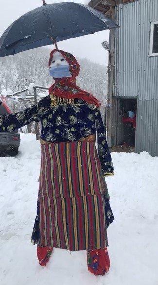 Yöresel kıyafetli kardan adam vatandaşların ilgisini çekti