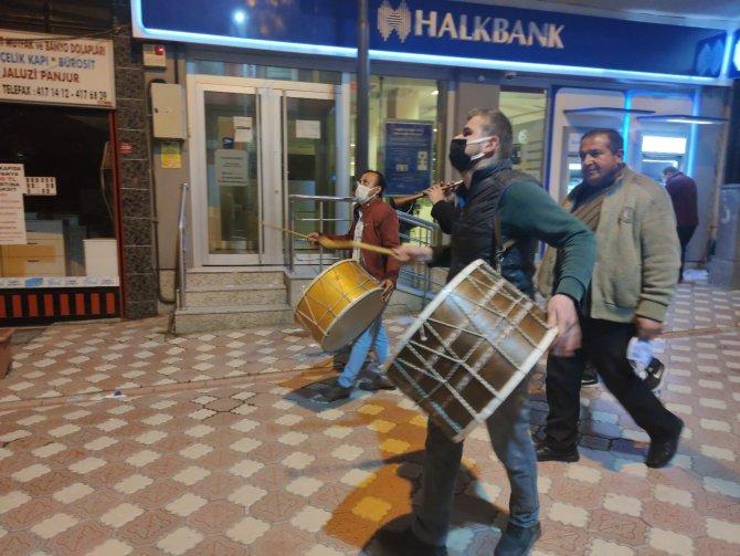 Amasya'da Ramazan davulcuları vatandaşları yöresel türkülerle sahura kaldırıyor