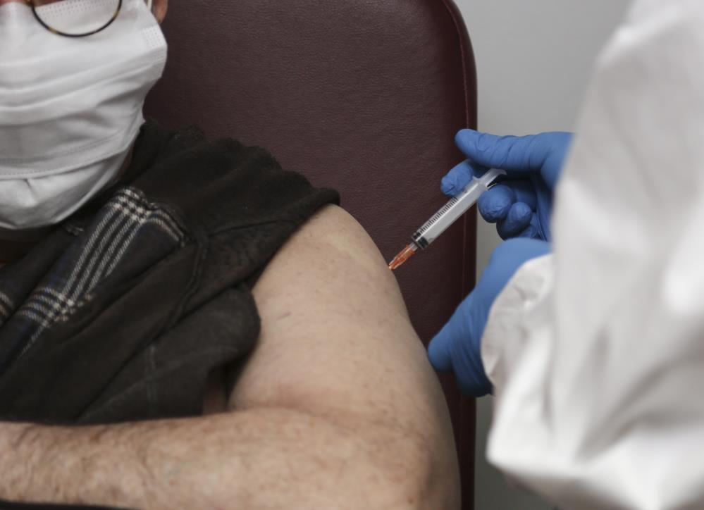Kitlesel aşılamanın önündeki engel için flaş tavsiye: Aşı olmayanlara para cezası verilsin!